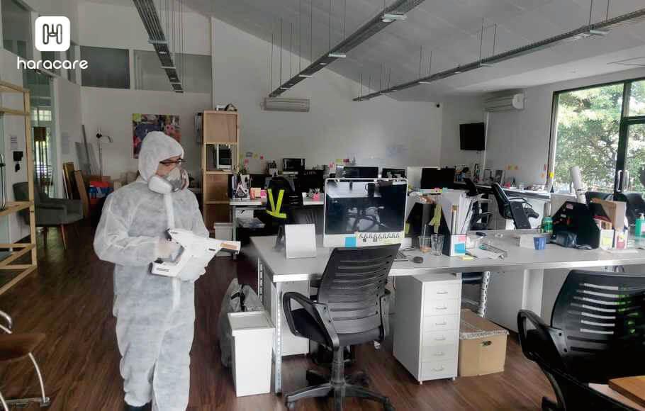 membersihkan kantor dengan disinfektan