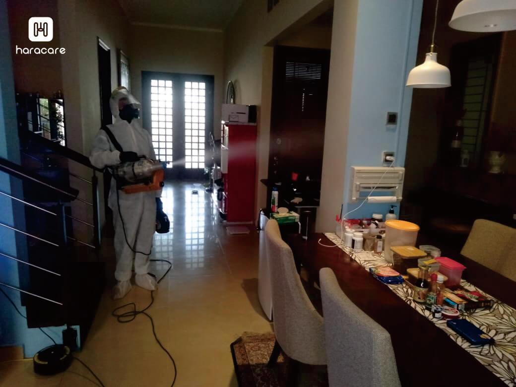 membersihkan rumah dengan disinfektan